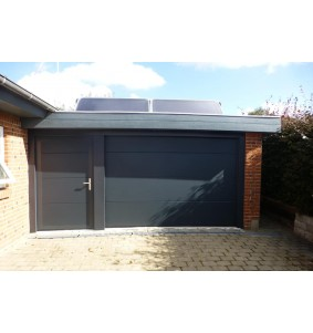 Sidedør i sort til garage med kram og lås
